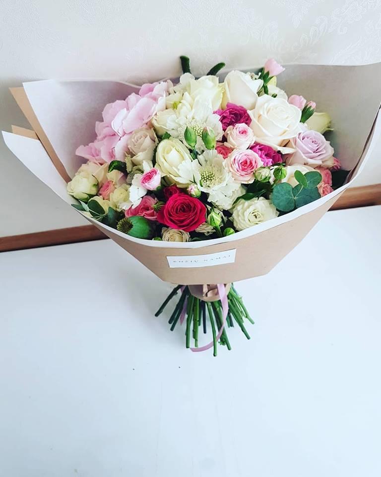 Įvairių gėlių puokštė / didelė.