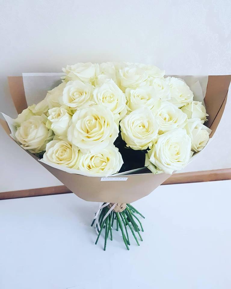 Baltų rožių puokštė / 35 vnt .