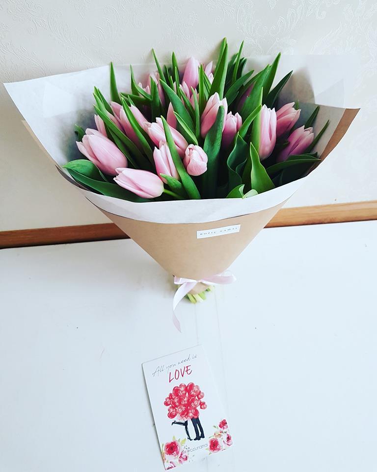 25 rožinės tulpės