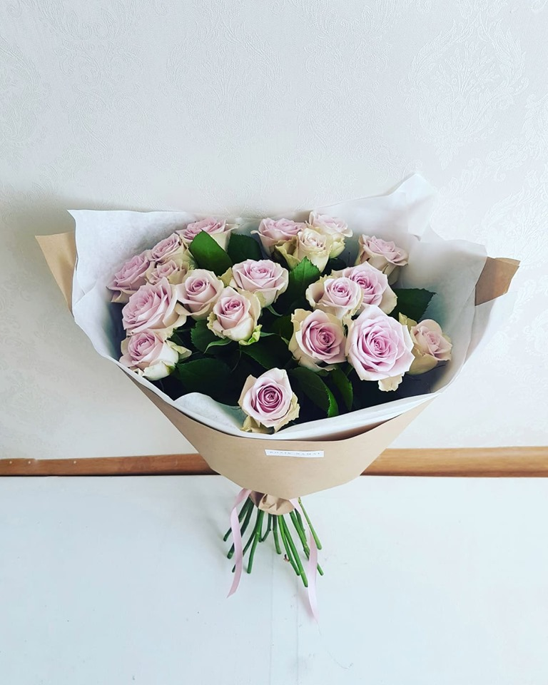 Švelniai violetinių rožių puokštė /19 vnt.