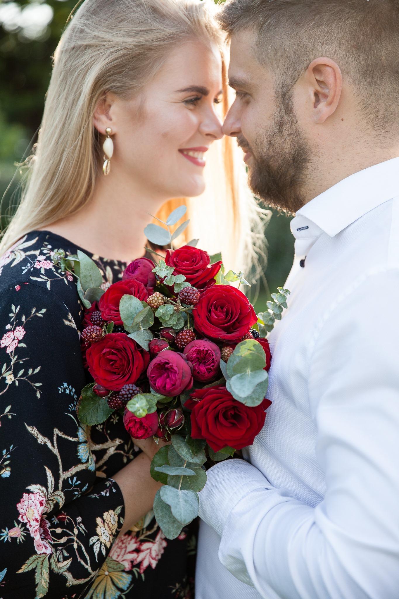 Raudona puokštė / su bijūninėmis rožėmis