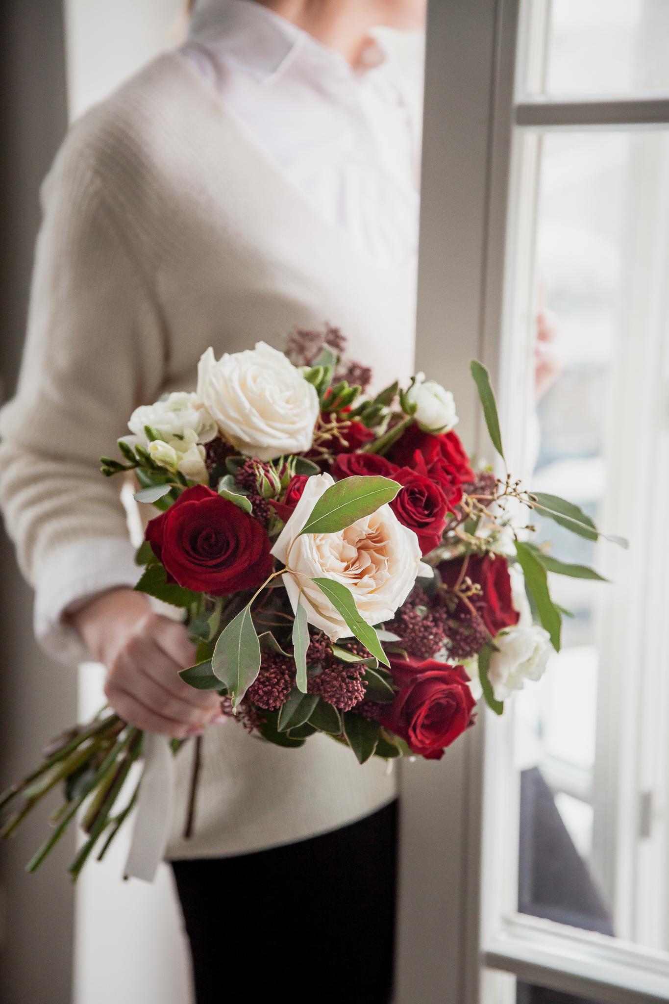 Įvairių baltų ir raudonų gėlių puokštė