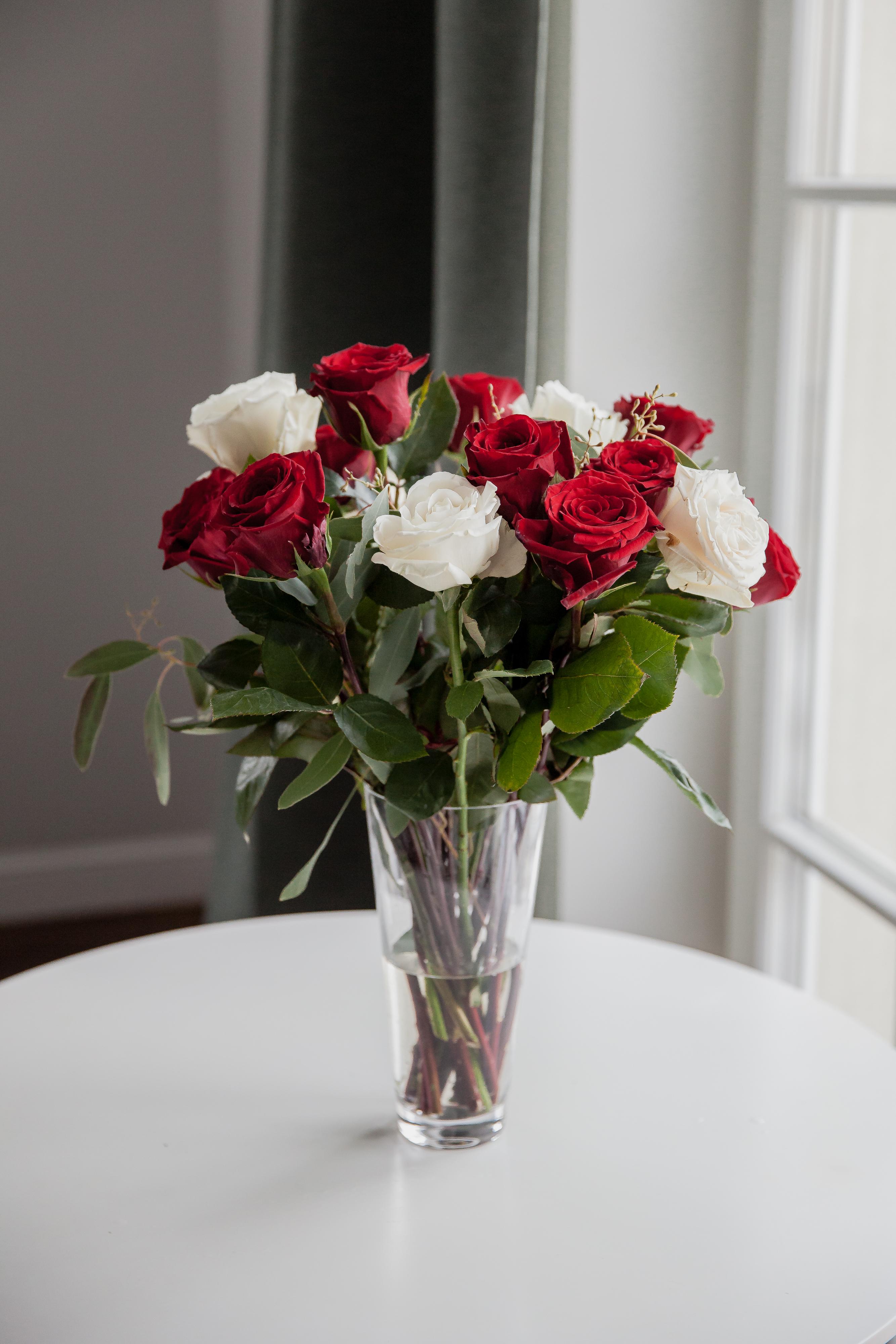 Raudonos ir baltos rožės 15 vnt.