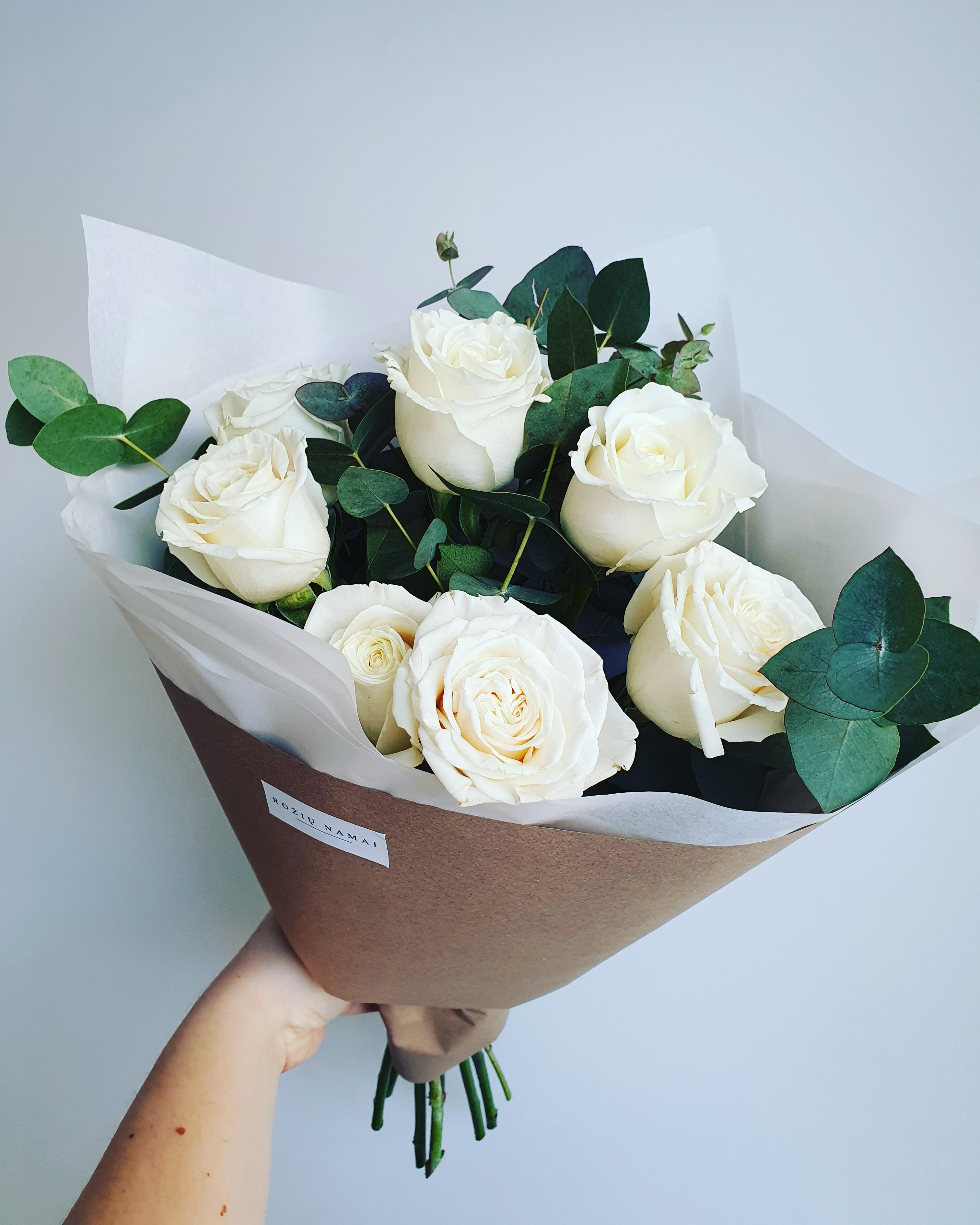 Baltos rožės 9 vnt.