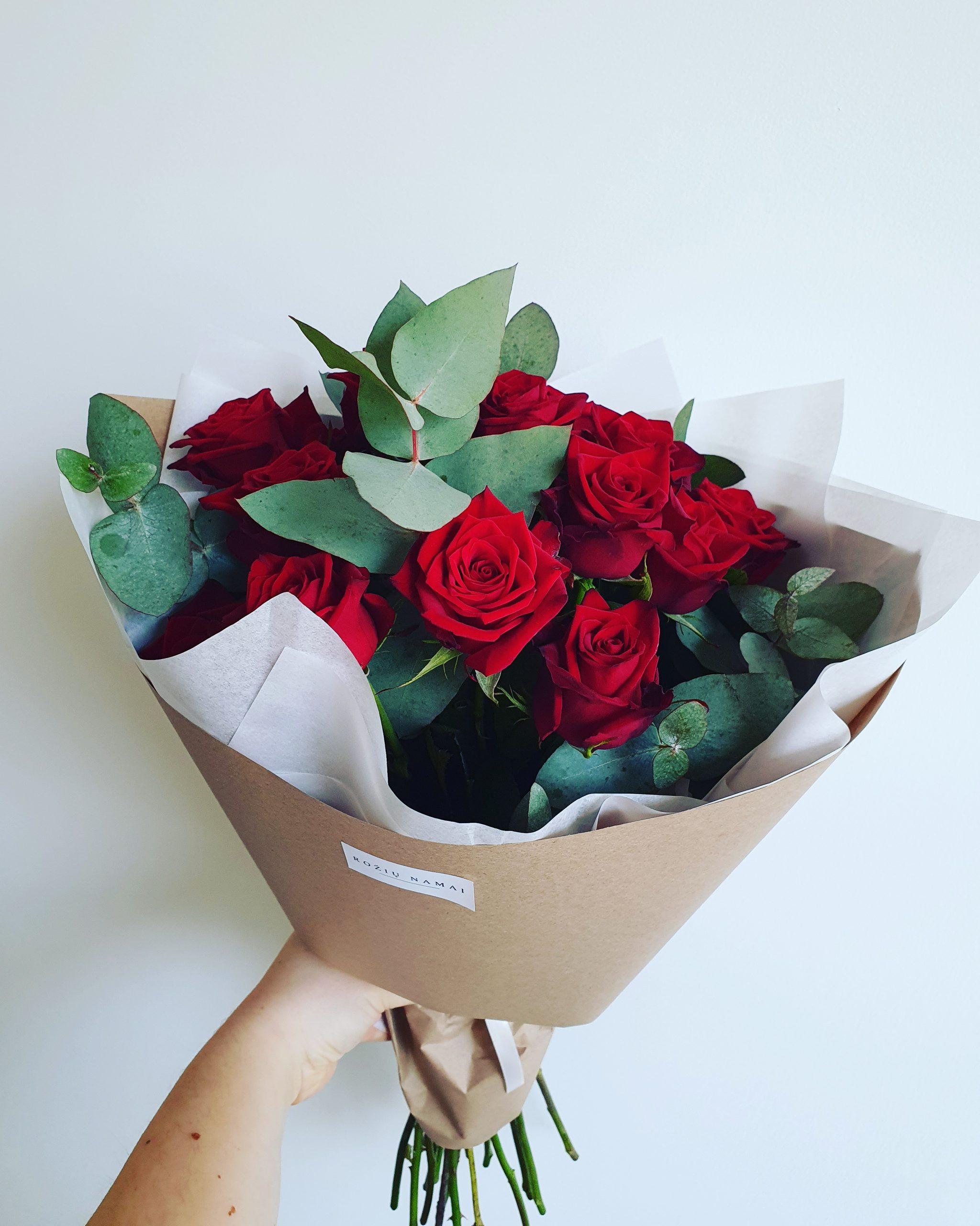 Raudonos rožės su eukaliptu 15 vnt.